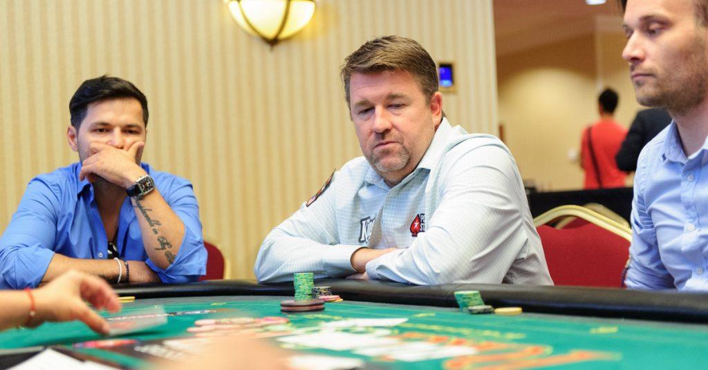 Chris Moneymaker (centru) jucând împotriva lui Liviu Vârciu la București. Foto: PokerFest România